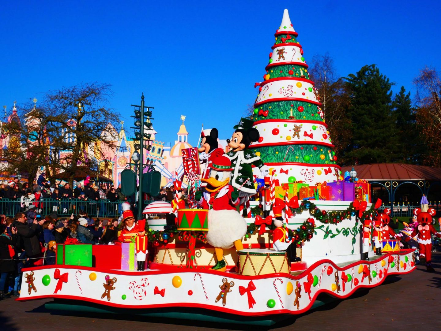 Christmas-Parade-at-Disneyland-Paris-Rachel-Nicole-UK-Travel-Blogger-10-1440×1082
